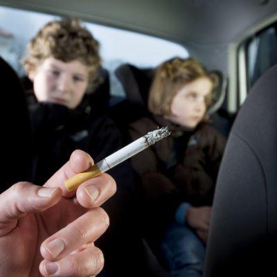 Υπουργείο Υγείας: Βάρια πρόστιμα και αφαίρεση διπλώματος για όσους καπνίζουν σε Ι.Χ. με παιδιά
