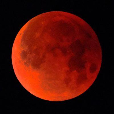 Εντυπωσιακές φωτογραφίες από την ολική έκλειψη υπερ-Σελήνης