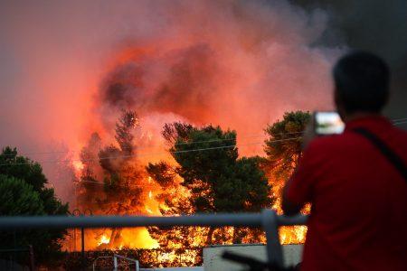 Φωτιές Αττική: Οι ψεύτικες φωτογραφίες από τις πυρκαγιές που κάνουν το γύρο των social media
