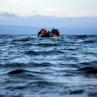 Θρίλερ στη Χίο: 17 Τούρκοι βγήκαν στις Οινούσσες και ζητούν πολιτικό άσυλο