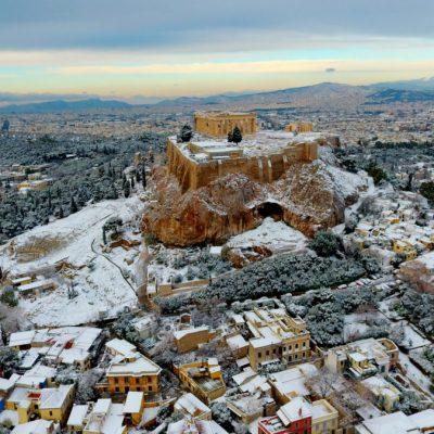 Καιρός Αθήνα ΤΩΡΑ: Πού θα το στρώσει απόψε ο «Τηλέμαχος» – Ξεκίνησαν ήδη τα χιόνια