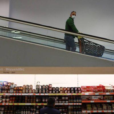 Σούπερ μάρκετ: Νέο ωράριο, διπλή μάσκα και αύξηση στην τιμή της σακούλας