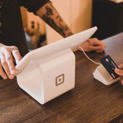 Προς κατάργηση οι χρεωστικές κάρτες: Τι θα τις αντικαταστήσει