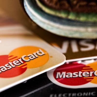 «Πόλεμος» για τις υπέρογκες χρεώσεις των τραπεζών στις κάρτες