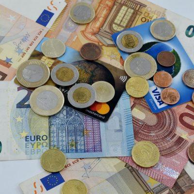 Τέλος χαρτονομίσματα και κέρματα: Εξαφανίζονται από παντού