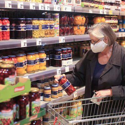 «Αδιανόητη κοροϊδία»: Σάλος στα σούπερ μάρκετ με τις νέες τιμές στα ράφια