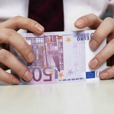Τράπεζες: Έτσι «γδύνουν» τους Έλληνες – Πώς παίρνουν σχεδόν το μισό μηνιάτικο