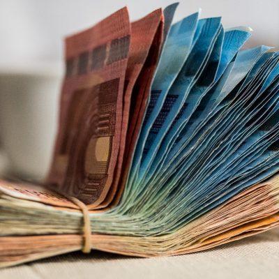 «Εξαφανίστηκαν» τα μετρητά – Με το… κιάλι τα βλέπει η αγορά